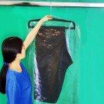 Housse de protection en matière plastique pour jupe ou pantalon