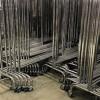 Stapelbare Garderobe aus Metall mit 150 cm breiten Rollen. Detail
