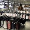 Porte-manteau empilable en métal avec des roues de 150 cm de large. et hauteur réglable. Boutique.