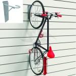 Gancho expositor de bicicletas para panel de lama. Montaje en tienda.