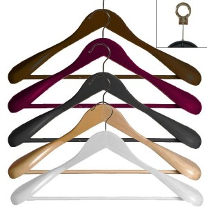 Wooden hanger with bar and shoulder pads and 45 cm.