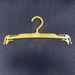 Percha de plástico dorada para lencería 22-26 cm.