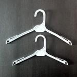 Cintre en plastique pour la chemise ou une robe de 27 et 32cm.