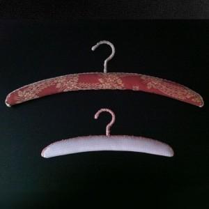 Cintre en bois arqué recouvert de toile 25-30-35-40 cm.