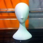 Cabeza de mujer sin rasgos en fibra de vidrio
