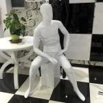 Maniquí de senyor assegut amb cap sense trets mod. Pattrick